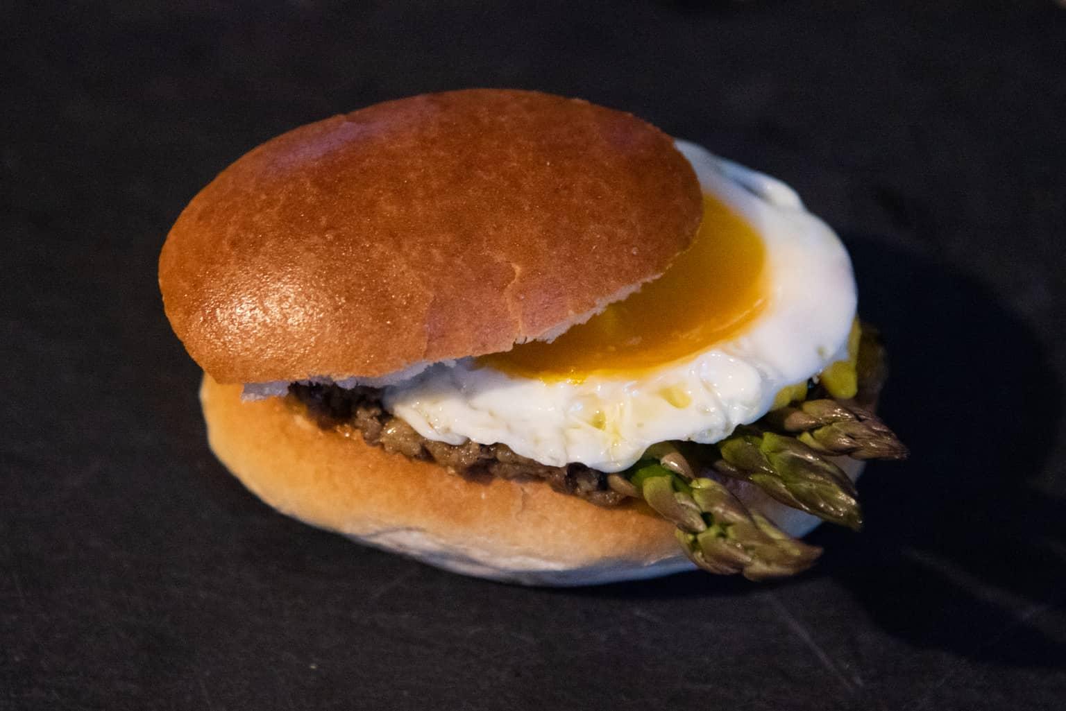 Panino gourmet con crema di asparagi e tartufo e uovo all'occhio di bue